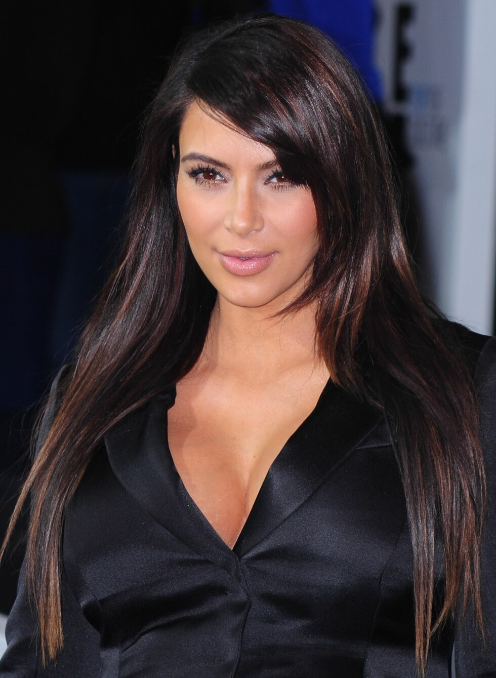 Kim Kardashian begynte med å lysne håret litt helt ytterst, og allerede det myket opp looken og ga håret et mer levende uttrykk. Foto: Gregorio T. Binuya/Everett Collection/All Over Press