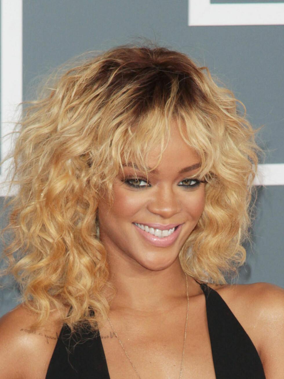 Rihanna har hatt alt fra lyst til mørkt til knallrødt hår. Farger du håret like hyppig som Rihanna, bør du være ekstra nøye med å gi håret masse fuktighet, pleie og gjenoppbyggende kurer.  Foto: ALL OVER PRESS