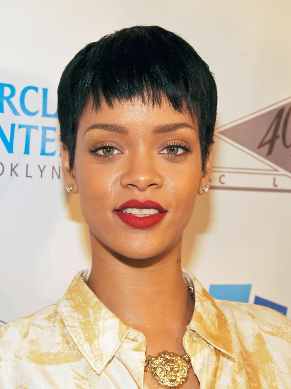 Om du vil ha svart hår som Rihanna, bør du be om å få litt brunt lagt inn i håret for å gi det dybde og unngå at det ser for flatt og hardt ut. Foto: WireImage/Getty Images/All Over Press