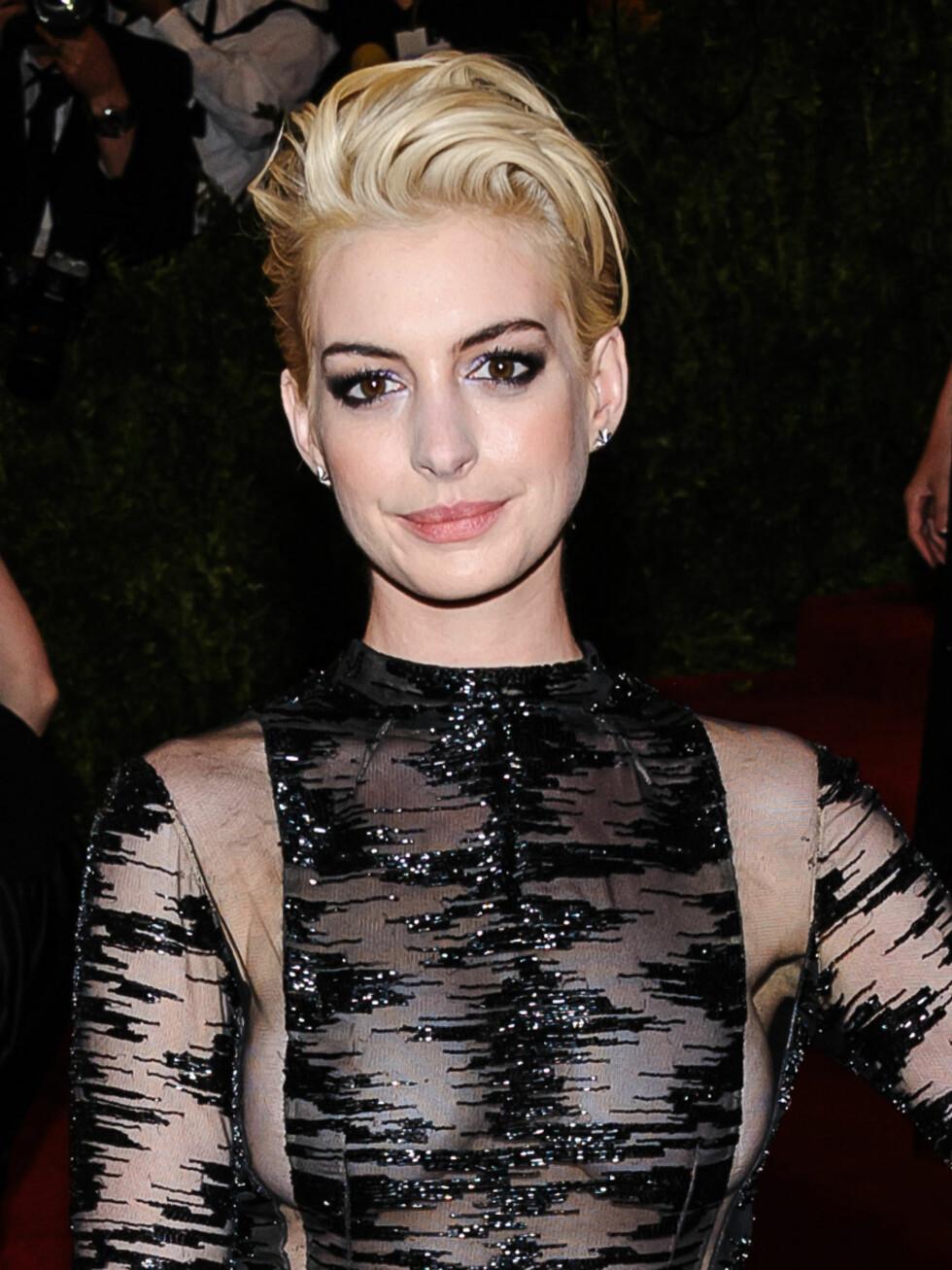 Anne Hathaway ga blaffen i rådet om å holde seg maks to nyanser unna sin naturlige farge da hun ble platinablond i en liten periode.  Foto: AdMedia / Splash News/ All Over Press