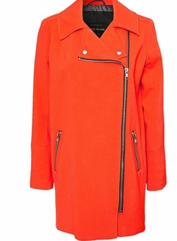 Knall oransje kåpe fra River Island (kr 850, Nelly.com).  Foto: Produsenten