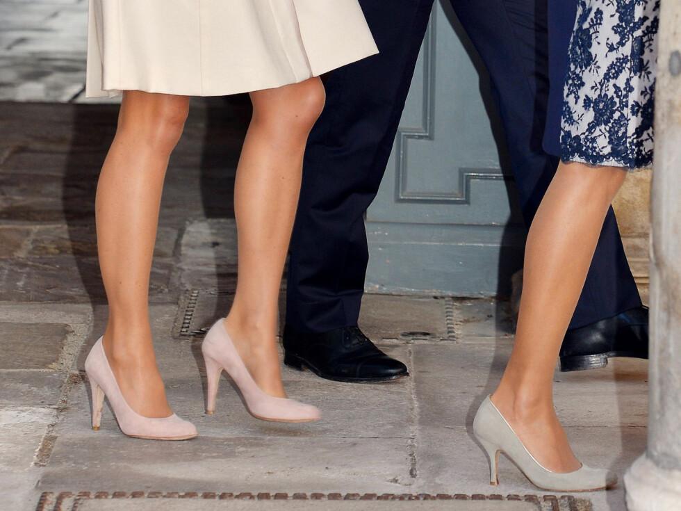 DE KONGELIGE GÅR OFTE I LYSE STRØMPER: Pippa Middleton og mor Carole Middleton hadde på seg hudfargede strømper for anledningen, som jo også er det peneste til lyse kjoler, etter naturlig bar hud...  Foto: REX/All Over Press