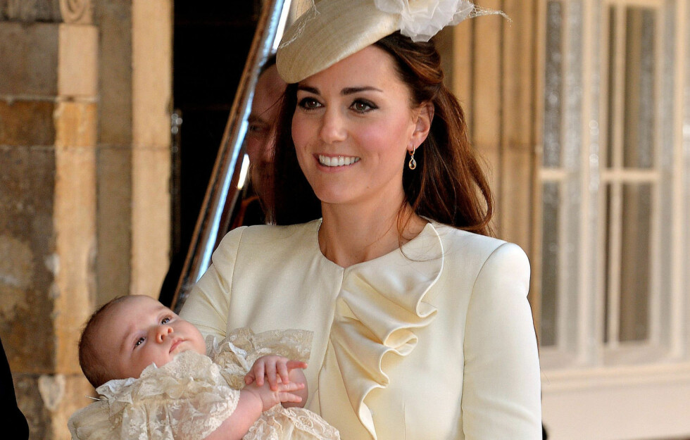 MOR OG SØNN I MATCHENDE KJOLER: Kate, hertuginnen av Cambridge, med lille prins George på armen etter dåpen i Chapel Royal i St. James Palace i London onsdag. Foto: PA Wire/Press Association Images