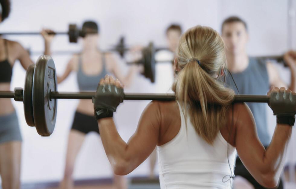 RIKTIG TEKNIKK: Det er viktig at du har riktig teknikk når du trener styrke - og du bør være spesielt nøye med dette på gruppetimer, hvor ting skjer ganske fort. Ikke løft for tungt i starten! Foto: Getty Images/Comstock Images