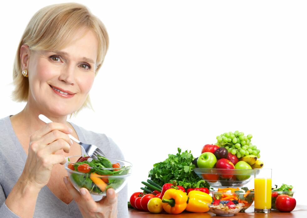 SPIS BEDRE: Et sunt kosthold, med mye fokus på grønnsaker, er ekstra viktig når du kommer opp i årene. Det kan også hjelpe deg når du er i overgangsalderen.  Foto: Kurhan - Fotolia