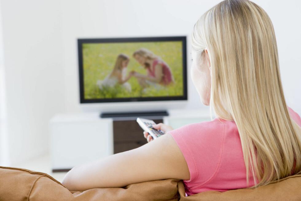 TV-TITTING: Selv om det enkelte ganger er veldig fristende å legge seg rett ut på sofaen med et TV-maraton, gjør du lurt i å røre på deg istedenfor. Foto: Colourbox.com