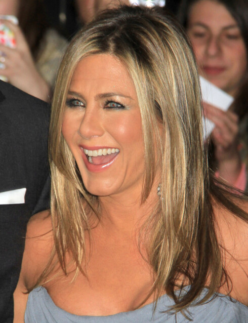 FARGER VIPPENE: Jennifer Aniston skal visst være glad i en mindre sminket look til hverdags, og da er farging av øyevippene et genialt triks.  Foto: REX/Broadimage/All Over Press
