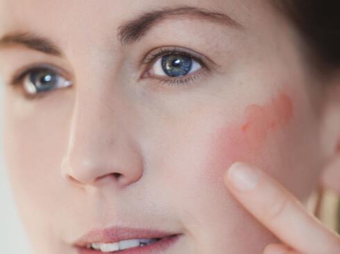 <strong>GENIALT:</strong> En kremrouge kan brukes både i kinnene og på leppene. Dessuten kan den enkelt påføres med bare fingrene. Det sparer du tid på.  Foto: Astrid Waller