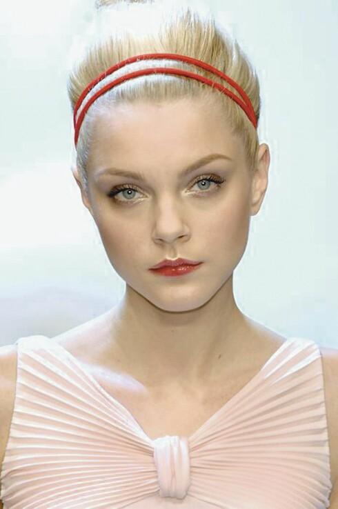 <strong>DOBBELT OPP:</strong> Et smalt hårbånd, gjerne dobbelt, kan gjøre en rufsete hårtopp hakket mer forseggjort. Dessuten holder det småhårene på plass når de ikke vil oppføre seg.