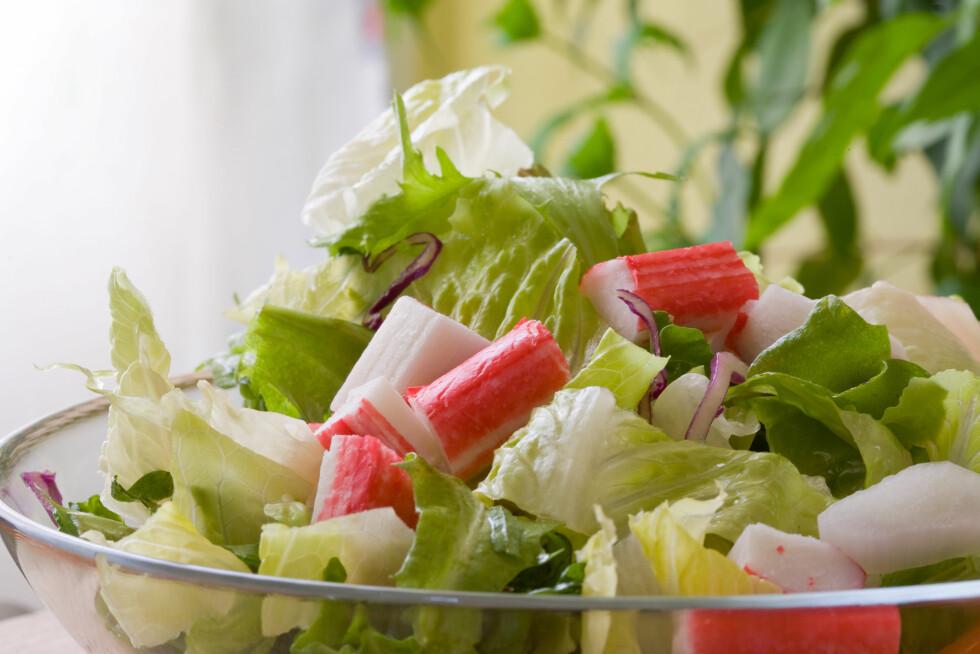I SALAT: Crabsticks passer perfekt som tilbehør i en salat.  Foto: Ramon Grosso - Fotolia