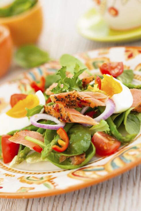 GODT VALG: En salat med proteiner - her i form av fiske og egg - metter og gir stabilt blodsukker. Foto: Getty Images/iStockphoto