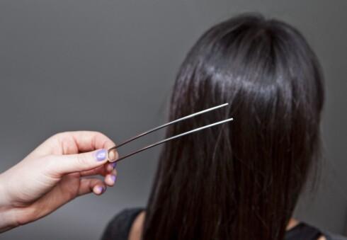 SITTER GODT: Den kjempestore hårnåla sitter overraskende godt, og teknikken for å sette den i håret er veldig enkel å lære seg. Foto: Per Ervland