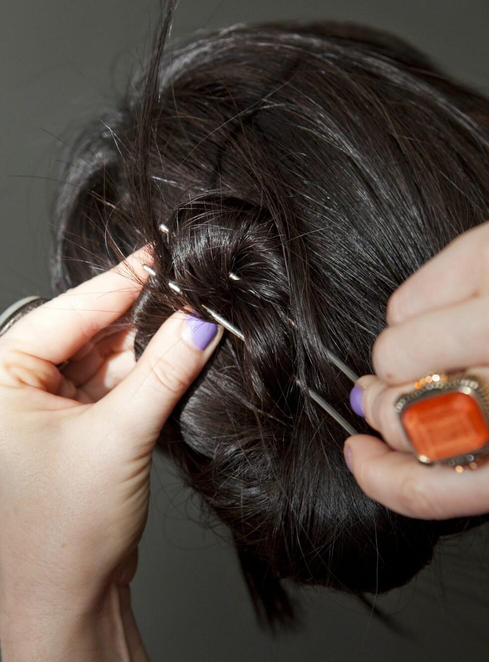 SUPERTRIKS: Med den kjempestore hårnåla får du selv tungt, langt hår til å sitte trygt og godt. Og den er superenkel å bruke.  Foto: Per Ervland