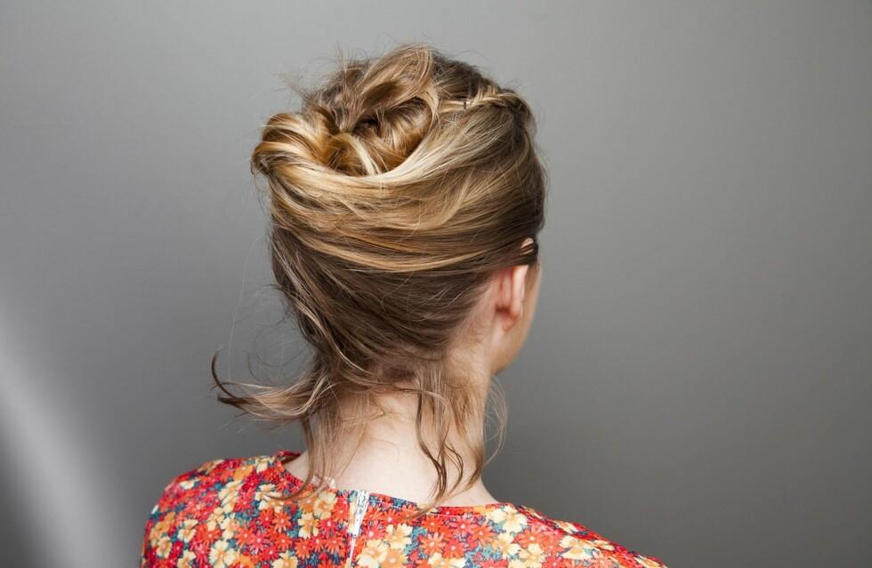 HALVLANGT: Hårnåla funker også kjempefint på kortere hår. Hårene som er for korte og faller ut kan du bare feste med en spenne etterpå.  Foto: Per Ervland
