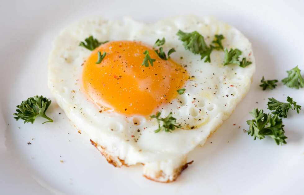 FLYTENDE PLOMME: Ifølge Fedon Lindberg, lege og matguru, gjør du lurt i å la eggeplommen fortsatt være flytende når du skal spise. Dette skyldes at mer av kolesterolet i egget blir oksidert når det blir gjennomstekt - som kan være skadelig for hjertet. Foto: Thinkstock.com