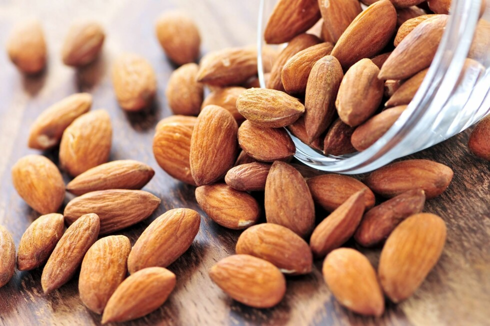 PROTEINER: Men selv om nøtter er kaloririke, er de også svært næringsrike. I tillegg til at nøtter er en god kilde til proteiner, er hinnen på mandler en god kilde til fiber.  Foto: Stock Connection/All Over Pr