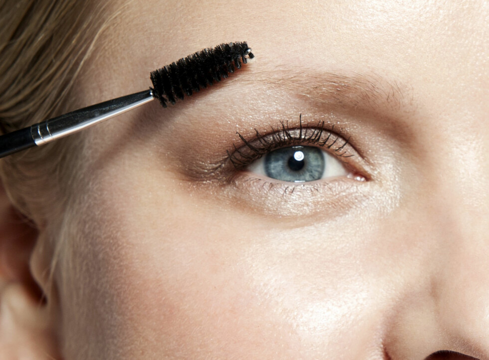 GRE UT: For å få et naturlig resultat, bør du alltid børste gjennom øyebrynene med en ren maskarakost etter du har fylt dem inn, råder eksperten.  Foto: Astrid Waller