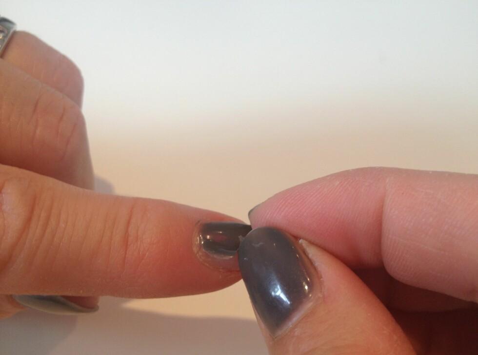 Bruk en negl til å komme inn og under på siden av lakken du skal fjerne. Dette er forresten fargen New York Grey. Foto: Handeland PR, Linda Merete Handeland