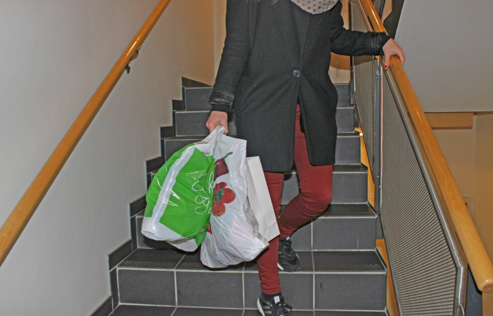 PASS PÅ RYGG, NAKKE OG SKULDRE: Når du skal bære på noe tung, er det viktig at du bærer det riktig - enten det er vesken, handleposene eller PC-vesken din.  Foto: KK.no