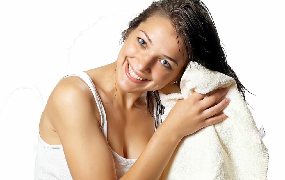 HVOR OFTE? Det finnes ingen klare regler for hvor ofte du faktisk må vaske håret, men det er en fordel om du klarer å drøye det litt mellom hver gang. Har du tørt hår, bidrar hyppig vasking til å tørke det ut mer, mens du som har fett hår faktisk stimulerer talgkjertlene til å produsere mer talg ved å vaske håret ofte.  Foto: Dmitry Suzdalev - Fotolia
