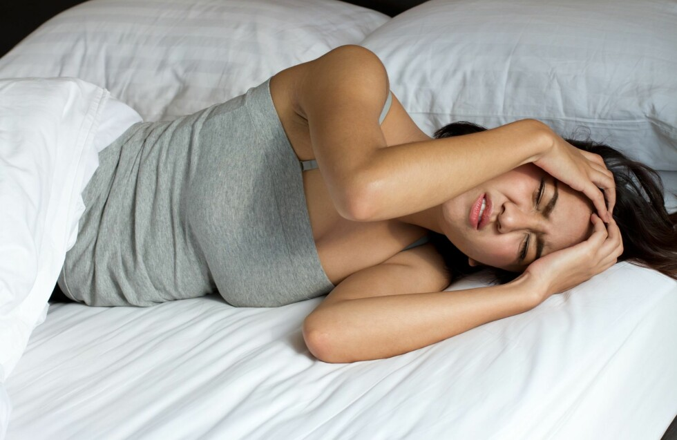 SØVNLØSE NETTER? Det kan være utrolig frustrerende, men før du benytter deg av sovepiller, bør du prøve noen av triksene under.  Foto: PantherMedia
