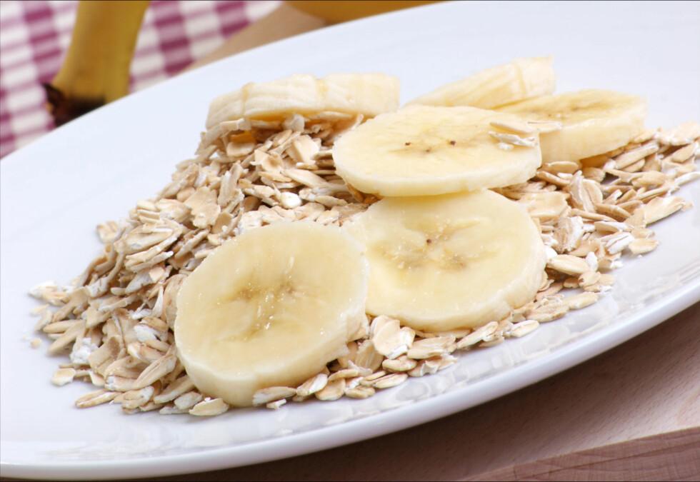 FROKOST TIL KVELDS: Havregryn, banan og yoghurt inneholder ingredienser som hjelper deg med å sove.  Foto: Colourbox
