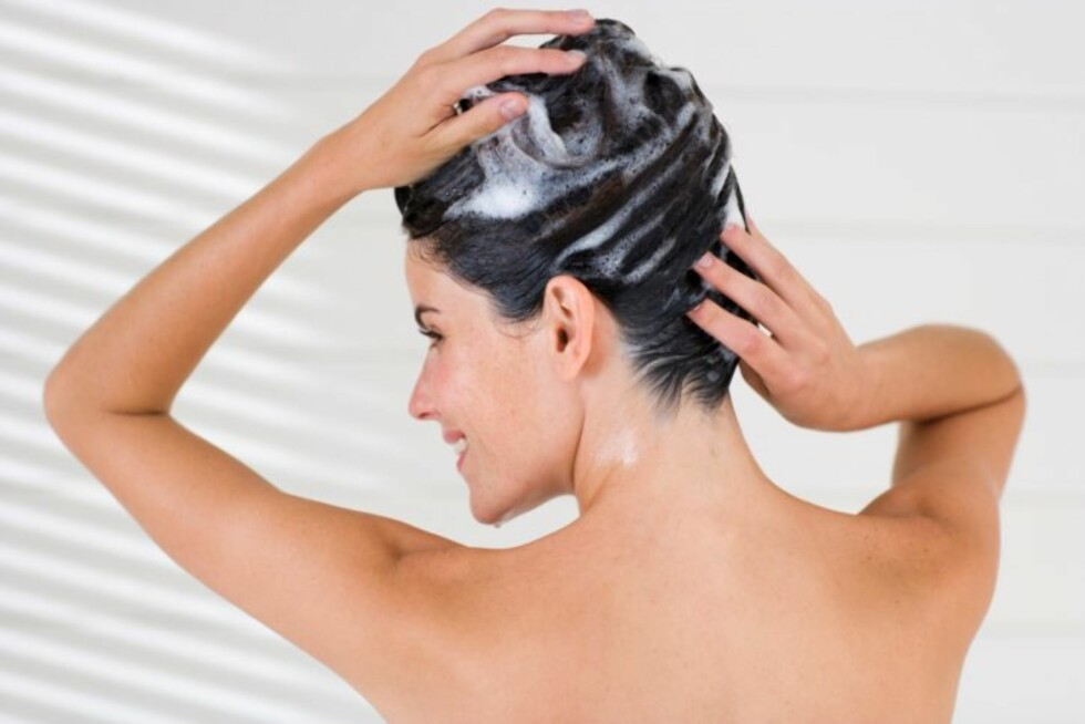 MILDT OG PLEIENDE: Velg en ekstra mild sjampo og pleiende balsam, gjerne for farget hår. Da får du fargen til å vare lenger. Foto: Getty Images/Pixland