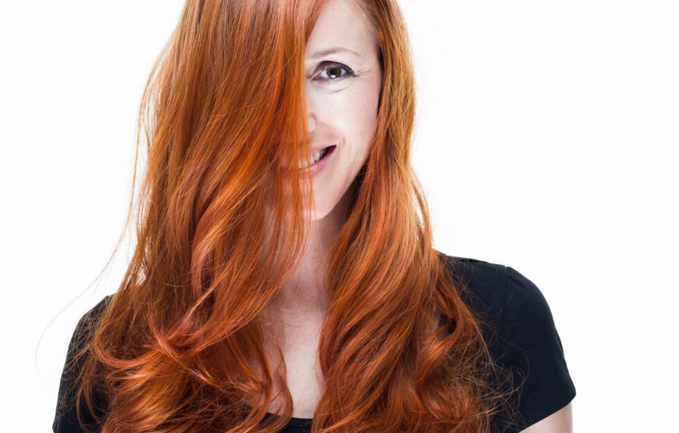 FARGET HÅR: Om du farger håret, er det greit å vite hvilke spesialprodukter du trenger for å få fargen til å vare lengst mulig.  Foto: Amir Kaljikovic - Fotolia