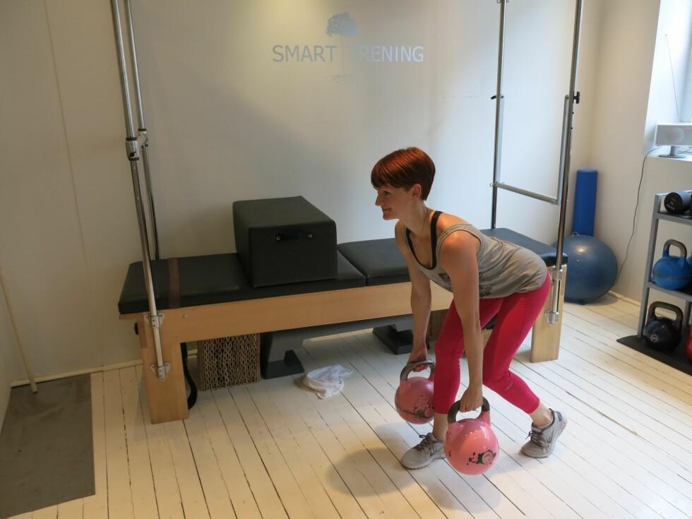 STIKK RUMPA UT: Denne øvelsen skal du kjenne supergodt i baken! Bruk gjerne vekter til.  Foto: Helle Bornstein