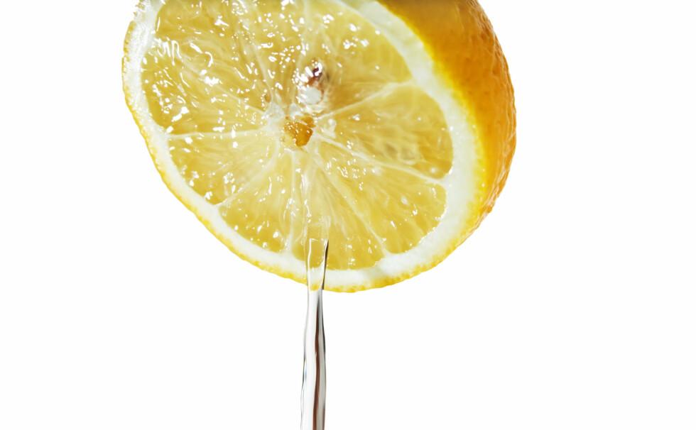 <strong>EFFEKTIV MOT FRÅTSING:</strong> Ikke bare syrlig og gul - sitronsaft gjør også susen for fordøyelsen.  Foto: Colourbox