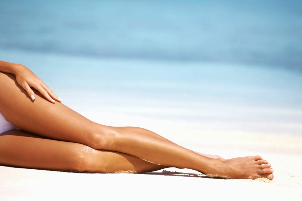 GLATTE LEGGER: Velger du barbering, bør du unngå tørrbarbering. Å barbere leggene uten vann og barberskum kan fort gi nupper, irritasjon og til og med kutt.  Foto: Thinkstock.com