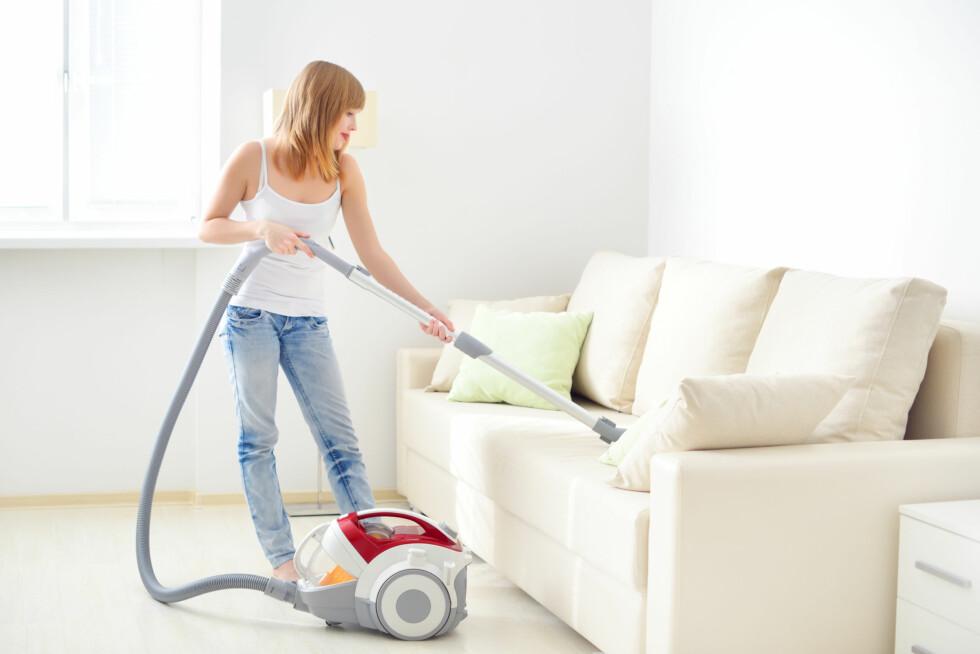 STØVSUGER: En enkel og kjapp måte å rengjøre sofaen på er å støvsuge den. Foto: Anton Maltsev - Fotolia