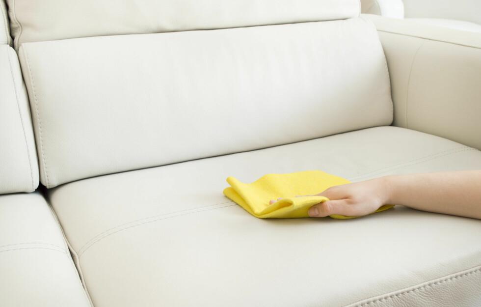 SOFAPUTENE: I en hektisk hverdag er det lett å glemme å rengjøre sofaen.  Foto: cunaplus - Fotolia