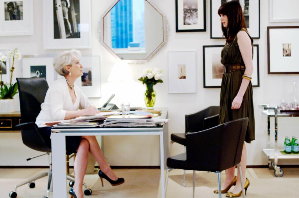 HAR DU KLESKODE PÅ JOBBEN?: Hva du skal ha på deg varierer fra jobb til jobb, noe skuespiller Anne Hathaway får erfare i filmen The Devil Wears Prada fra 2006.  Foto: All Over Press