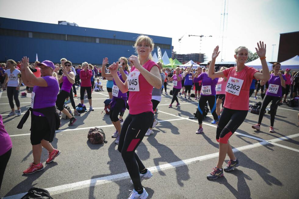 LØPEFESTEN: Her varmer damene opp før 5 kilometeren går av stabelen. Det var full danseshow og aerobic! Foto: Vilde Borse