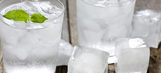 Dropp isbiter i vannglasset