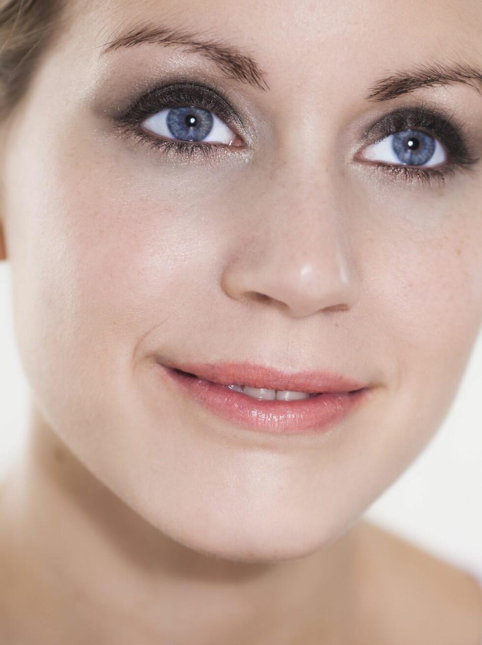 <strong>GI LYS:</strong> En champagnefarget øyeskygge med skimmer i indre øye reflekterer lyset og får øynene til å se mer åpne og større ut.  Foto: Astrid Waller