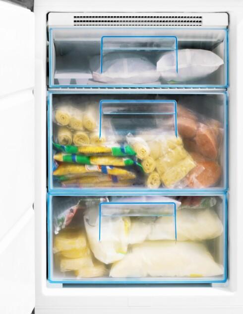 MYE IS: Er det vanskelig å få igjen skuffene? Da er det på høy tid å vaske fryseren.  Foto: S_E - Fotolia