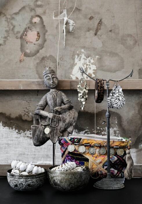 VIS FREM: Hvorfor ikke oppevare smykker i dekorative messingskåler? Disse er fra Hötorgets loppis iStockholm. Stativet for anheng er fra vintagebynina.com (fra kr900). Mann i tre (fra kr1200, butikenhoganas.com). Vesken i gamle indiske stoffer kommer fra India, men lignende finnes hos palma.no. Foto: Hannah Lemholt