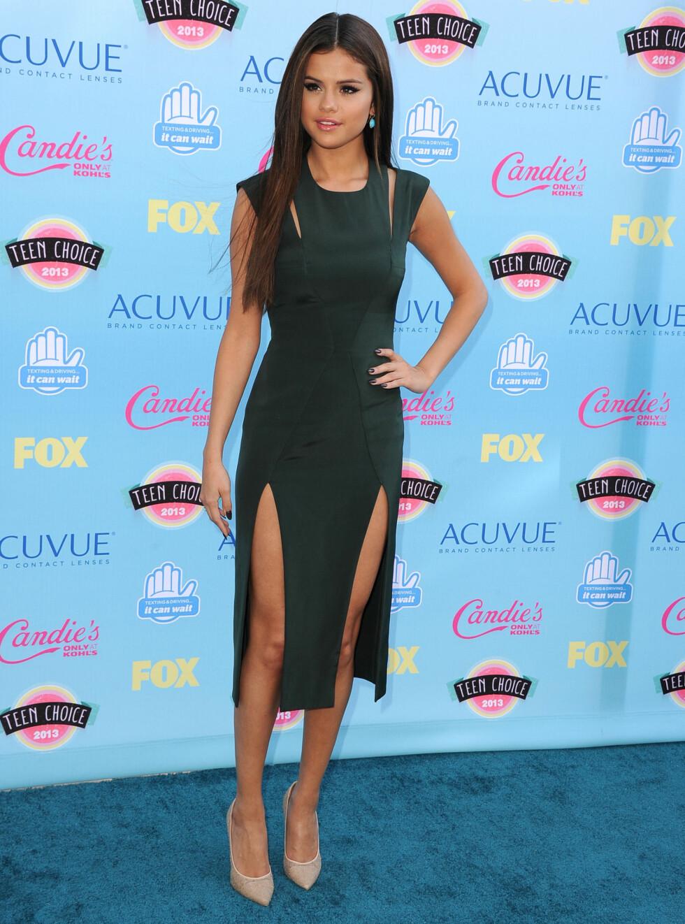 BEST KLEDD: Selena Gomez var iført en elegant kjole med høy splitt.  Foto: All Over Press