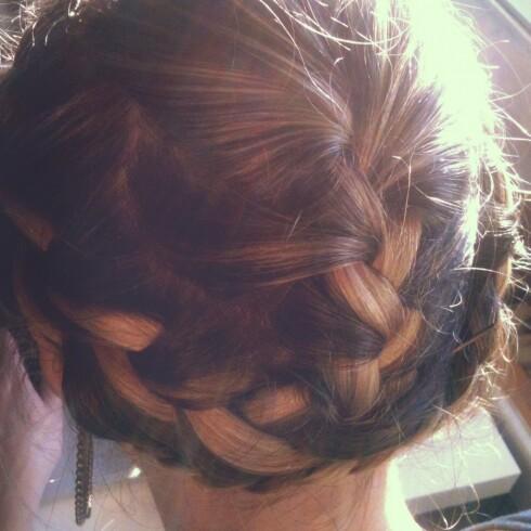 KRONEFLETTE: Med en lekker kroneflette sørger du for at frisyren holder seg fin uansett vær.  Foto: Aina Kristiansen