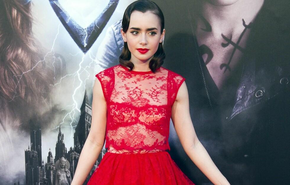 RØDT HAR ALDRI VÆRT MER SEXY: Skuespiller Lily Collins gjør som så mange andre stjerner, og kler seg i røde kjoler på den røde løperen denne høsten.  Foto: All Over Press