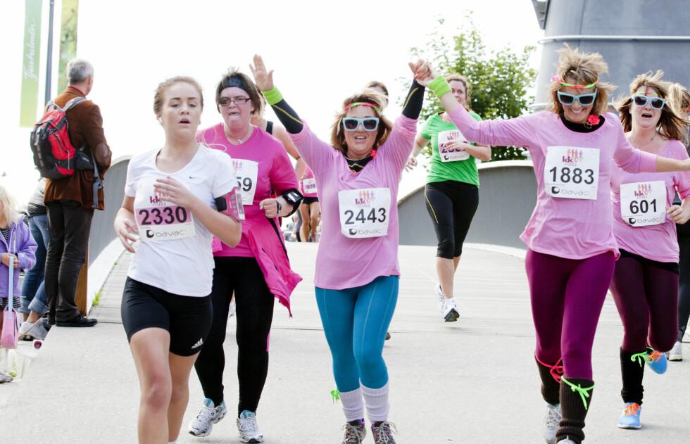 BLI MED: Det er plass til alle - både helstøpte løpere, hobbyjoggere og humortravere på KK-mila. Foto: Sara Johannessen