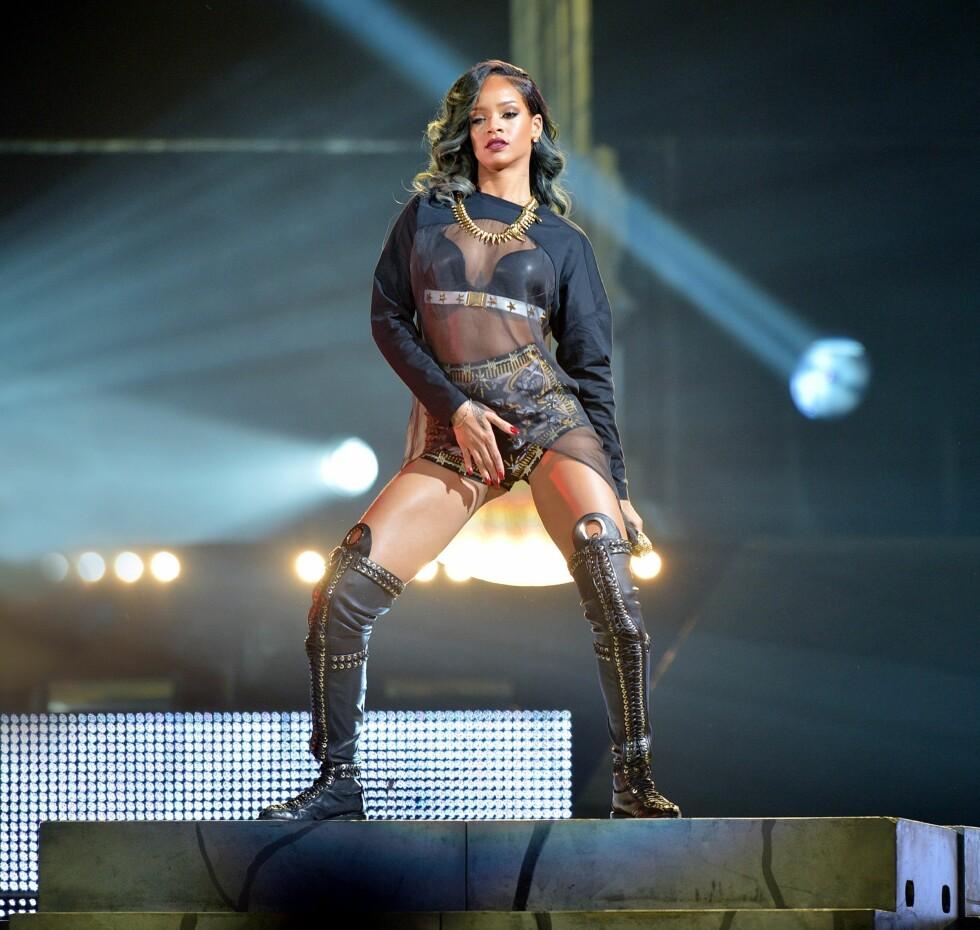 DRISTIG PÅ SCENEN: Rihanna har ingen problemer med å vise seg frem på scenen. Her fra Europa-turneen hun har vært på i sommer, som blant annet har inkludert Norge.  Foto: All Over Press