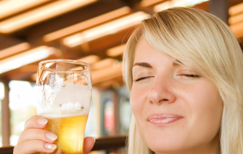 ØL I VARMEN: En liten øl i skyggen er ingen dum idé når du er på utenlandsferie. Det er faktisk ganske smart.   Foto: Thinkstock.com
