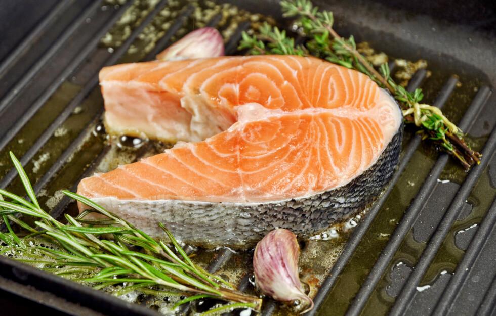 SPIS SAMMEN MED HVITLØK: De helsegunstige ingredienser du finner i hvitløk og fisk fungerer enda bedre sammen, og kan blant annet bidra til å redusere det dårlige kolesterolet (LDL) i kroppen.  Foto: Fotolia