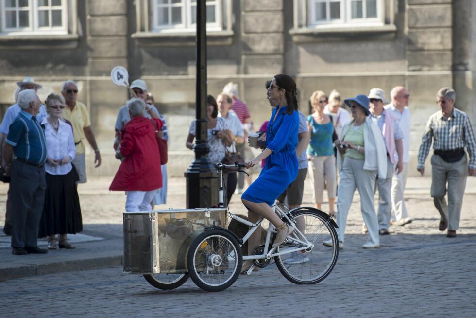 <strong>UJÅLETE:</strong> Kronprinsesse Mary er ikke fin på det, her er hun avbildet syklende over Amalienborg Slotsplads. Kanskje tar hun med sandalene til Skaugum? De vil i alle fall passe perfekt: dresskoden er festivalklær.      Foto: All Over Press