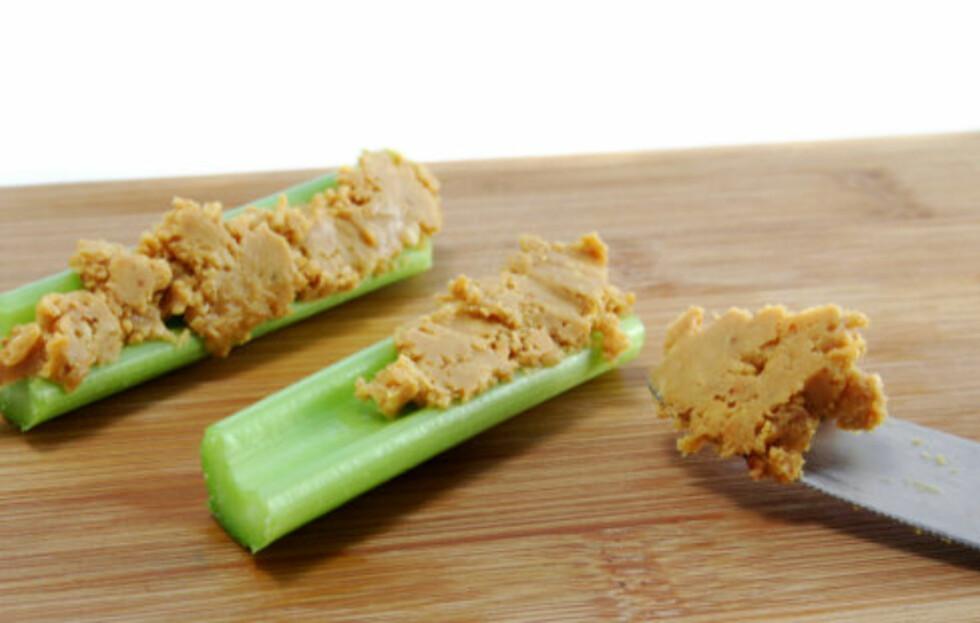 <strong>PEANØTTSMØR:</strong> Prøv peanøttsmør på kjedelige grønnsaker - da får du et finfint mellommåltid. Foto: Thinkstock
