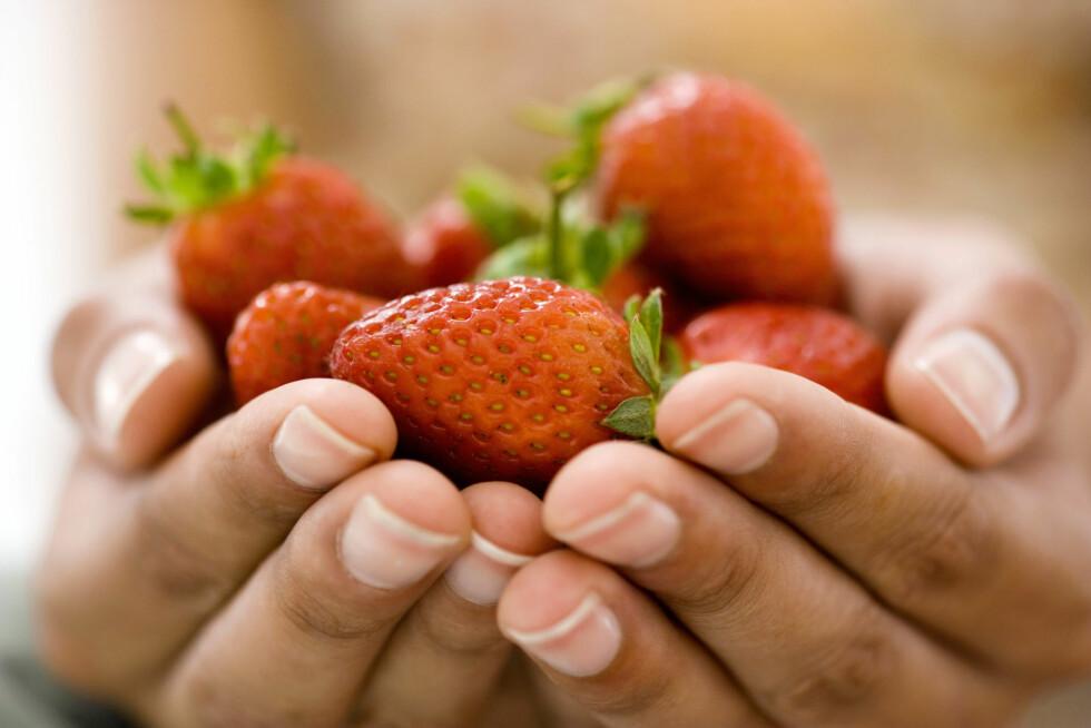 <strong>GÅ FOR JORDBÆR:</strong> Jordbær på sommeren kan aldri slå feil. Sammen med epler og paideig finnes det virkelig ikke noe bedre! Foto: Getty Images/Pixland
