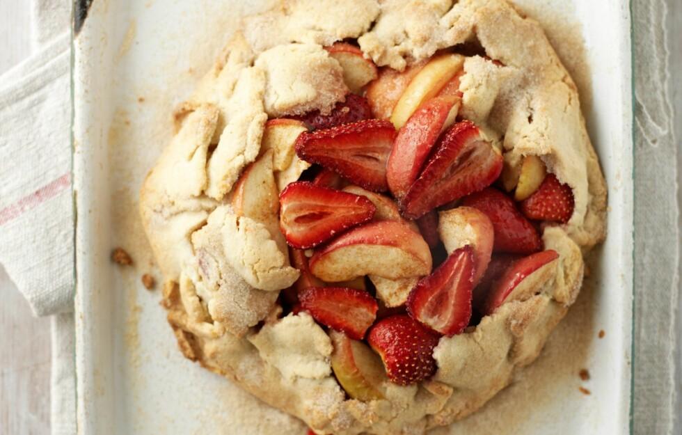 <strong> Et kinderegg av en dessert:</strong> pai, epler og jordbær. Mmmm ... Foto: All Over PressAll Over PressAll